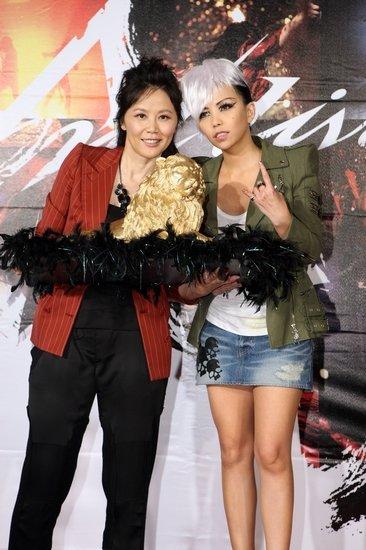 黄伟菁 左 曾帮张惠妹拿下金曲奖歌后