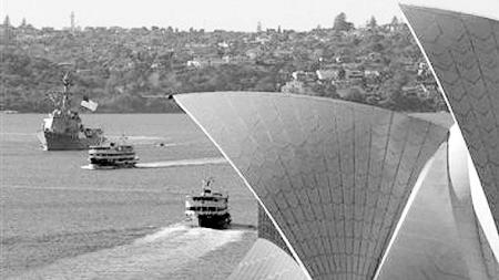 7月4日,美国坎贝尔号军舰驶过悉尼歌剧院