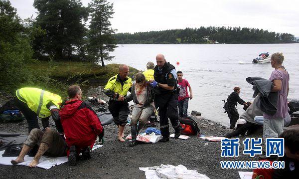 7月22日,警察在挪威于特岛对枪击事件中的伤者实施救援.新华社/法新