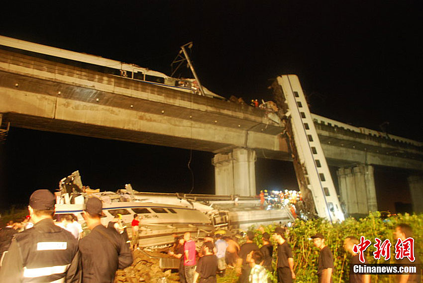 7月23日晚,在杭州往温州方向双屿路段下岙路,动车D3315次车厢脱轨掉落桥下,目前伤亡情况不明。图为事故现场。余根铃 摄 CFP视觉中国