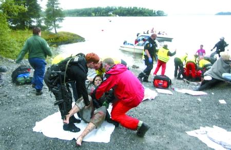 7月22日,警察在挪威于特岛对枪击事件中的伤者实施救援.新华社 图