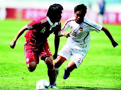 湖北日报讯 图为:中国队球员蒿俊闵(左)寻找传球机会。(新华社发)