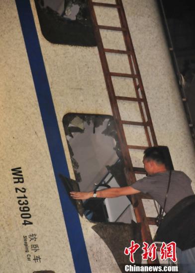 7月23日20时50分,浙江温州永嘉至温州南间,北京南至福州D301次列车与杭州至福州南D3115次列车发生追尾事故造成重大人员伤亡。图为事故现场。