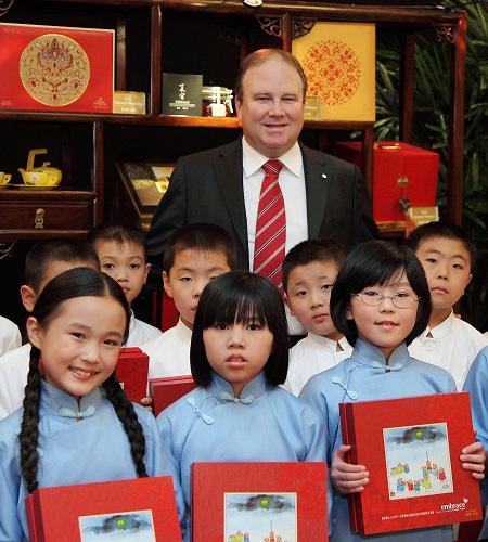 中国大饭店总经理韦宗瀚与华奥小学的同学们