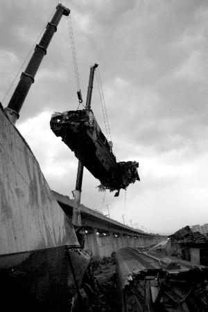 动车车头经过巨大撞击后严重变形。 昨天18点左右,最后一节车厢被吊下,事故清场工作进入尾声。