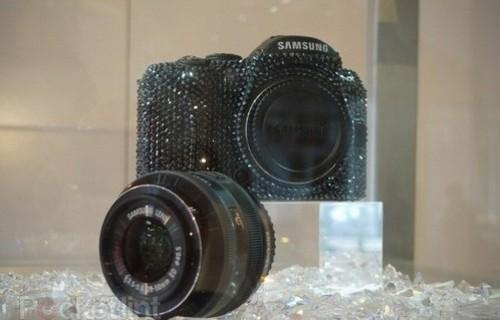 三星展示两款施华洛世奇版数码相机
