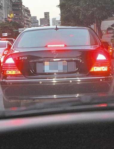 陈致中与黄睿靓坐着要价新台币318万的黑色奔驰s320前往北高清图片