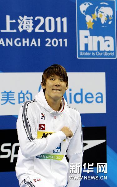 7月24日,朴泰桓在颁奖仪式上。当日,在第14届国际泳联世界锦标赛男子400米自由泳决赛中,韩国选手朴泰桓以3分42秒04的成绩夺得冠军。新华社记者凡军摄