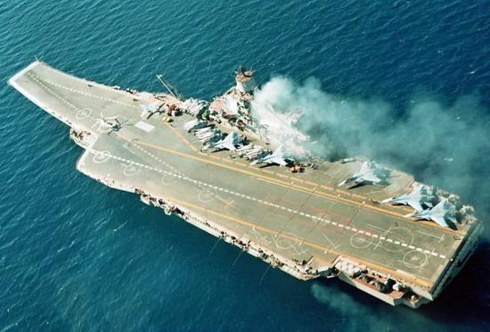 俄海军发展新式航母 打造核动力编队   鉴于俄罗斯领导人曾多次表明振兴海军的决心,俄海军自然不会放弃发展新式航母。不久前,俄联合造船公司总裁称,该公司将在2016年开始核动力航母的设计工作,预计2018年前开始建造。虽然这种说法随后遭到俄罗斯国防部长的否认,但这并不意味着俄海军将放弃核动力航母。早在2008年,时任俄海军司令弗拉基米尔?