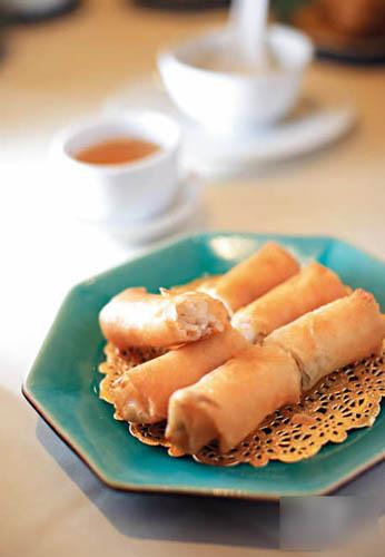 怀旧炸春卷$25 (中点):玲玲师傅最爱的点心,属旧式春卷做法,内藏芽菜、冬菇和肉丝,是她儿时吃过的味道,炸得格外松脆,味道清怡。