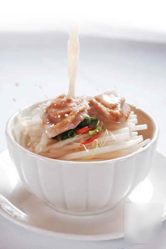 鱼汤过桥金银鲍:每位可分得2件鲍鱼,25 头南非罐头鲍咬落有鲍鱼香,入口软中带嚼劲,带淡淡的鲜味。$100
