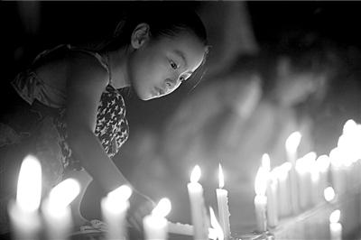 市世纪广场举行悼念活动,人们点燃蜡烛为遇难者祈祷.-温州加油