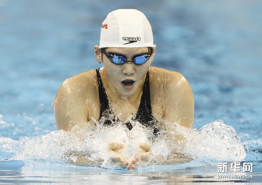 7月25日,叶诗文在颁奖仪式上。当日,在第14届国际泳联世界锦标赛女子200米混合泳决赛中,中国选手叶诗文以2分08秒90的成绩夺得冠军。新华社记者任珑摄