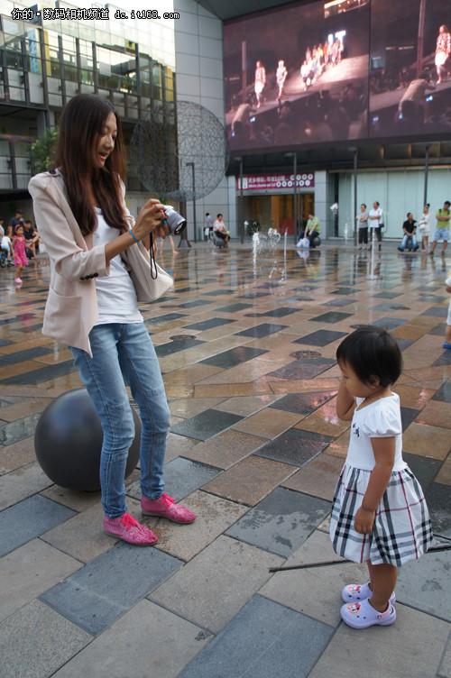 时尚妈妈正在用索尼微单NEX-C3拍摄自己的小宝贝