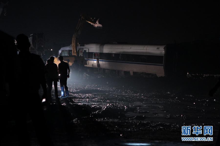 7月25日,挖掘机正在对事故列车车厢进行拆解。