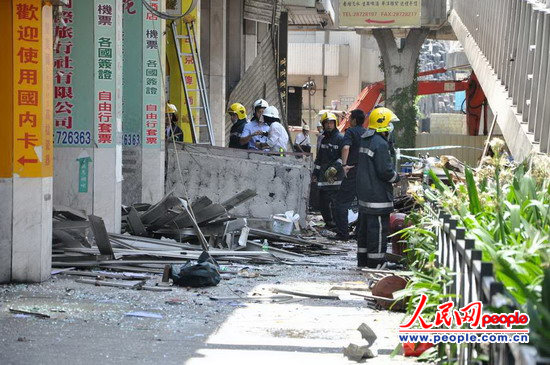 消防员与警察在处理爆炸事故