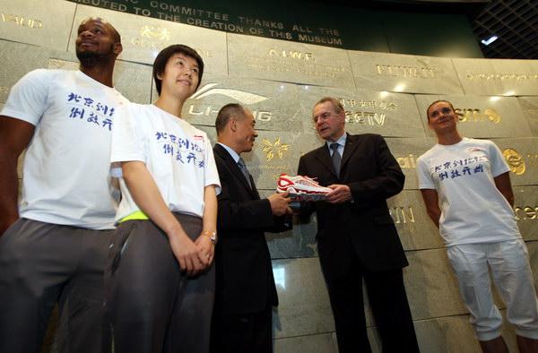 张怡宁 伊娃//36李宁向罗格赠送他在北京奥运会点火时穿的鞋