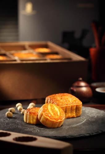 香港丽思卡尔顿酒店的双黄白莲蓉月饼及迷你奶黄月饼