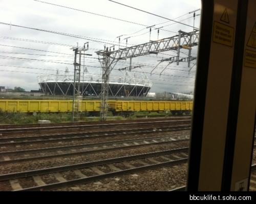 在轻轨火车上看到奥林匹克体育场