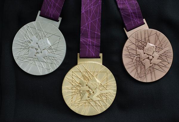 图文:伦敦奥运会奖牌首度亮相 奖牌正面图片