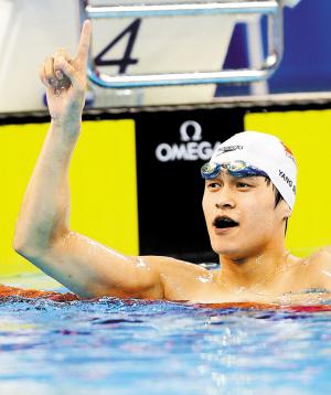 7月27日,孙杨在夺冠后庆祝。(新 华)