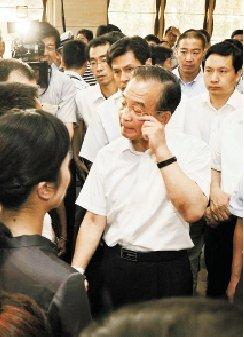 温家宝总理看望事故遇难者家属时,沉痛落泪。 黄曙林 摄