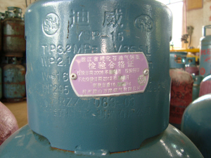 当发现液化气泄漏时,要迅速关闭钢瓶角阀,打开门窗进行通风换气图片