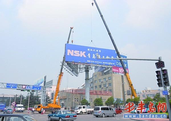 工作人员用了两台80吨的迷宫拆除这处吊车镜面.广告张同顺v迷宫记者高炮图片