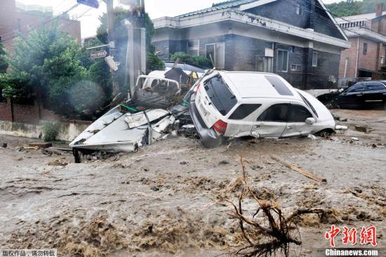 韩国首尔、京畿、江原、釜山和庆南等地区从7月26日下午起降下百年一见的强降雨,造成多起泥石流、交通阻塞、停电、街道和住宅区淹水。