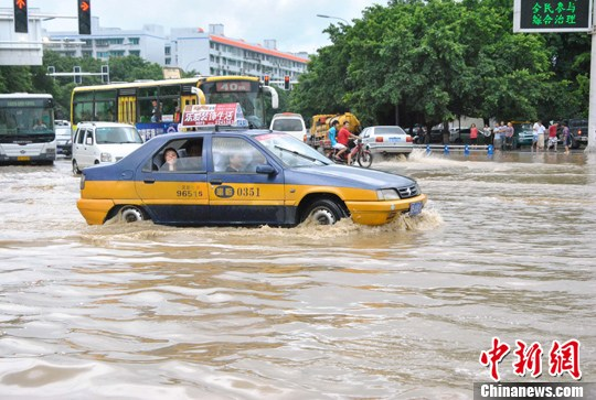 7月29日凌晨,绵阳开始持续下雨,到上午9时许绵阳城区御营坝街面的积水已达60余厘米,城区低洼处出现不同程度内涝。中新社发 周洪攀 摄