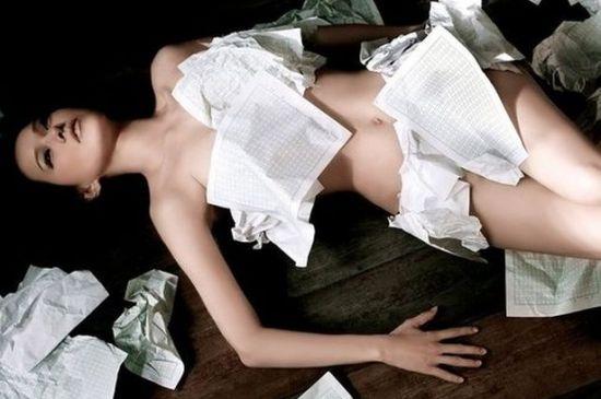 欧美性感美女乱淫裸体露出阴部_早年拍摄的性感写真,全裸出镜用手遮私处.