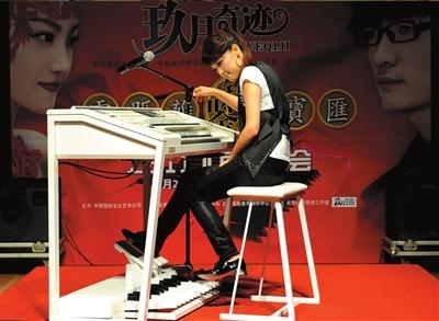 王小玮在现场演示电子管风琴的各种效果.本报记者王俭摄图片