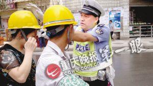 乘客未戴安全帽,彭水交巡警大队长王小兵给她戴上。