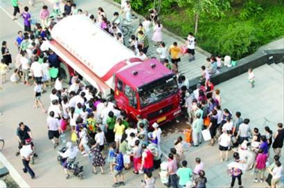 小区莫名停水大热天喝水全靠送 记者采访不准进(图)图片