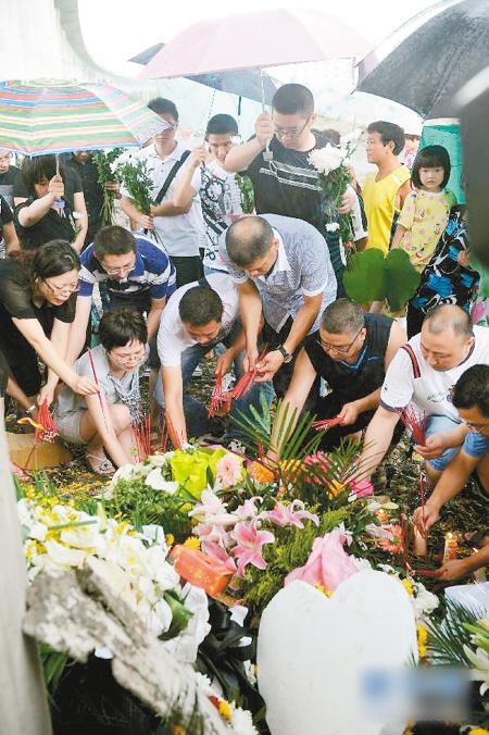 """29日,按照""""头七""""的传统丧葬习俗,事故遇难者家属和亲友等来到事故现场举行悼念活动。"""