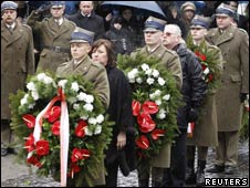 波兰第一夫人在前总统卡钦斯基遇难周年前夕敬献花圈 路透社发