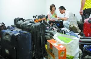 """27日,""""7·23""""甬温线铁路事故伤亡者家属在温州南站认领行李。吴元峰 摄"""