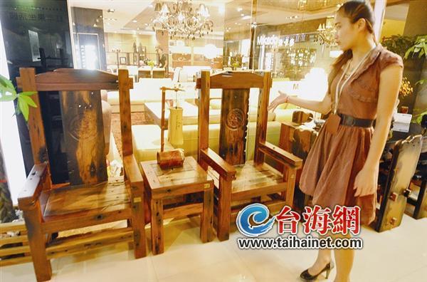 """据店员说,这套船木家具,是林讼平日办公时最喜欢的一套,可谓""""镇店之宝图片"""