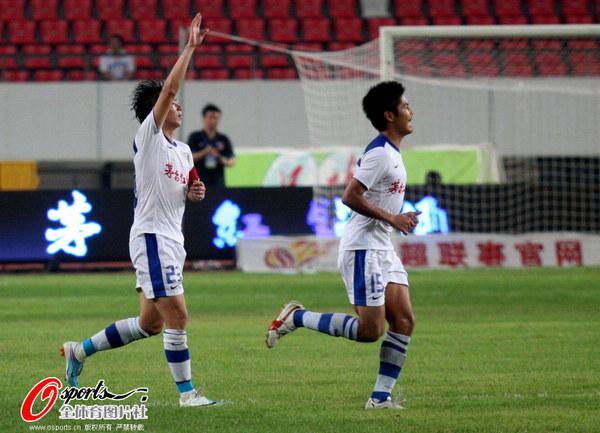 图文:[中超]深圳2-0上海 深足庆祝进球