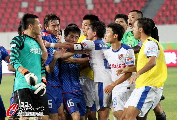 图文:[中超]深圳2-0上海 王大雷不满