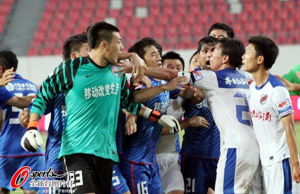 图文:[中超]深圳2-0上海 王大雷愤怒
