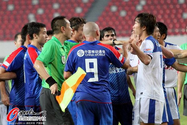 图文:[中超]深圳2-0上海 裁判平息事态