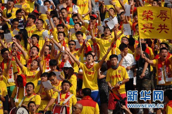7月14日,陕西人和队球迷在比赛中为球队加油。当日,在2011赛季中国足球超级联赛第17轮比赛中,陕西人和队主场以1比1战平深圳红钻队。 新华社记者 李一博 摄