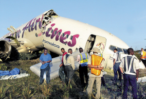 7月30日,救援人员检查冲出跑道的客机。 新华社/路透
