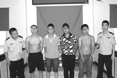 图为:警方抓获的部分嫌犯