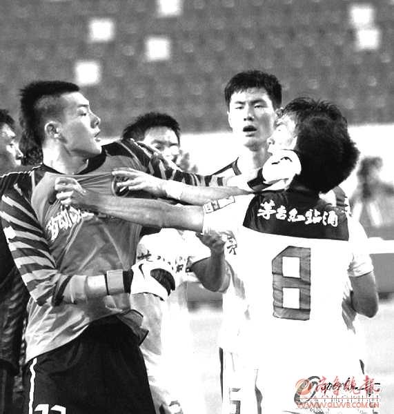 在与深圳队的比赛中,申花门将王大雷与对方发生冲突。