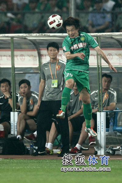 图文:[中超]北京1-1广州 朴成争顶