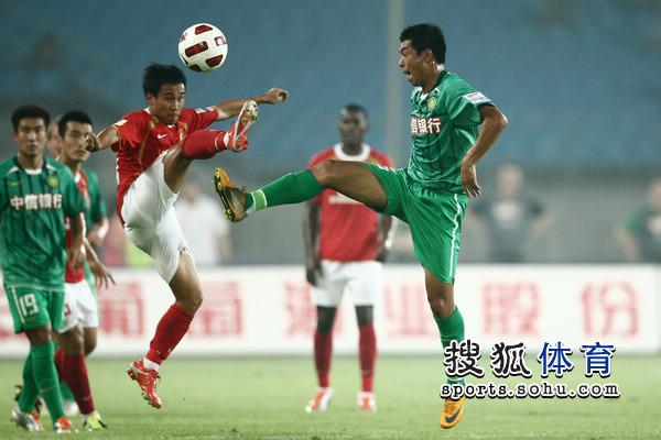 图文:[中超]北京1-1广州 吴坪枫对决徐亮