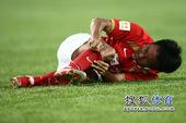图文:[中超]北京1-1广州 吴坪枫受伤