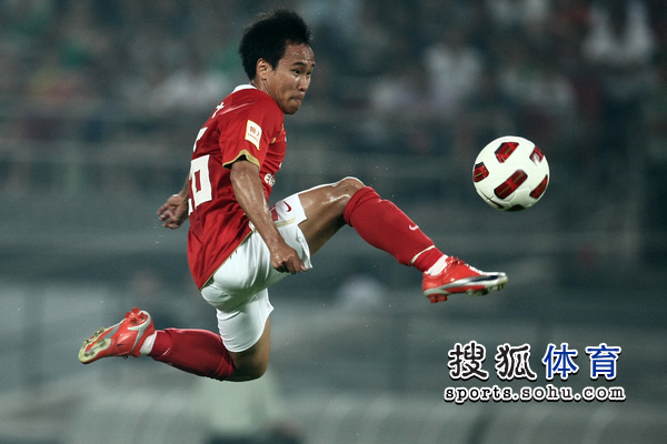 图文:[中超]北京1-1广州 吴坪枫在比赛中